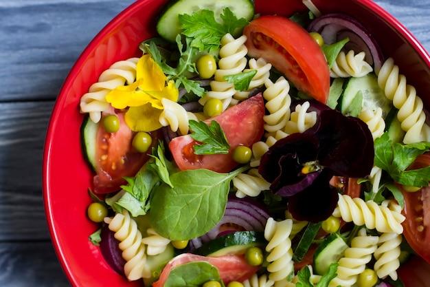Vegetarisches essen. diät-salat mit frischem gemüse und nudeln.