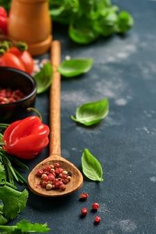 Vegetarisches essen, gesundheit oder kochkonzept. holzlöffel und zutaten