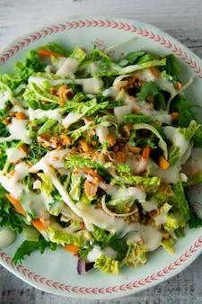 Vegetarisches essen mit kohl, eiern, gemüse, karotten und mayonnaise.