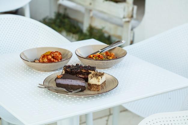 Vegetarisches essen und nachtische der veganen cafétabelle auf dem tisch