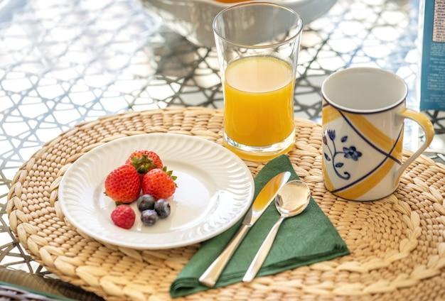 Vegetarisches frühstück am morgen über die natur von obst und saft.
