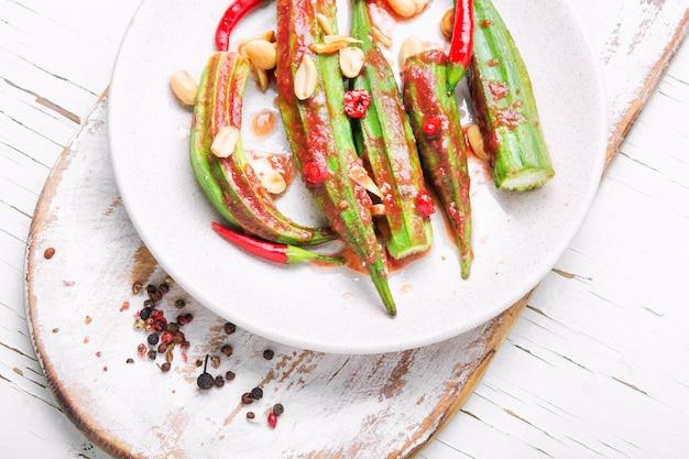 Vegetarisches gericht aus okra