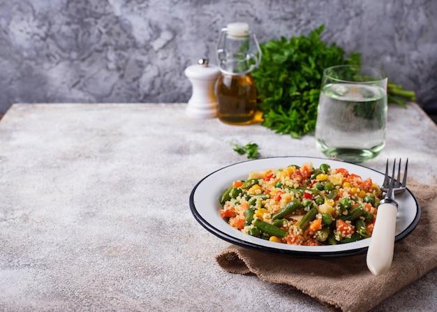 Vegetarisches gericht couscous mit gemüse
