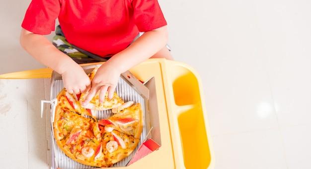 Vegetarisches italienisches fast food, kleines kind genießt das essen lieferung pizza peperoni, käse viele scheiben köstlich in einem karton