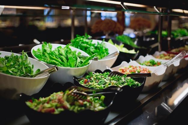 Vegetarisches kulinarisches buffet. küche kulinarisches buffet vegetarisches restaurant. kalte vorspeisen und gemüsesalate.