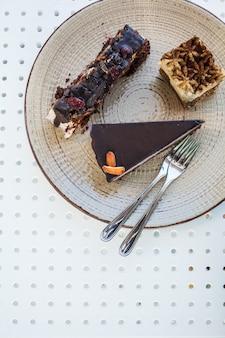 Vegetarisches lebensmittel und nachtische der cafétabelle des strengen vegetariers auf dem tisch, draufsicht