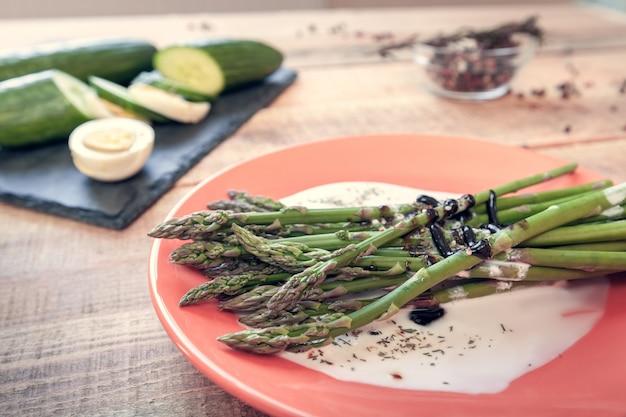Vegetarisches mittagessen mit spargel, gurken und eiern