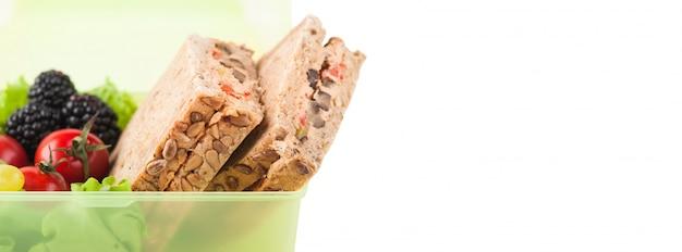 Vegetarisches sandwich und obst