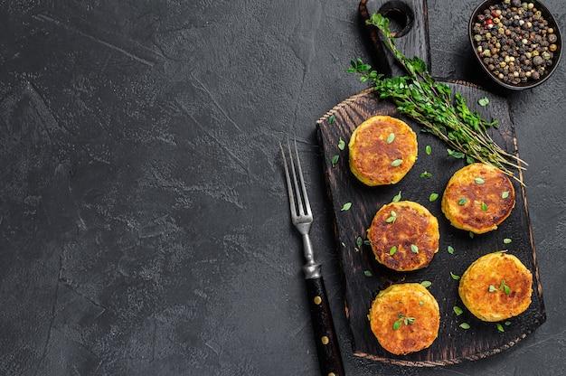 Vegetarisches veganes burgerpatty mit gemüse und kräutern.