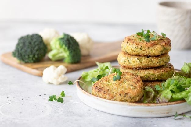 Veggie-burger mit quinoa-brokkoli-blumenkohl