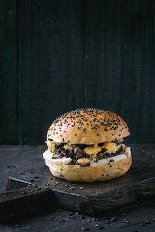 Veggie-burger mit schwarzem reis