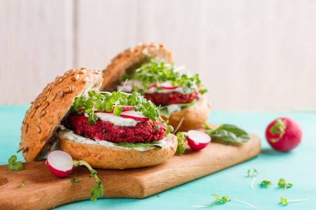 Veggie-couscous-rüben-burger mit rettich und sämlingen, selektiver fokus