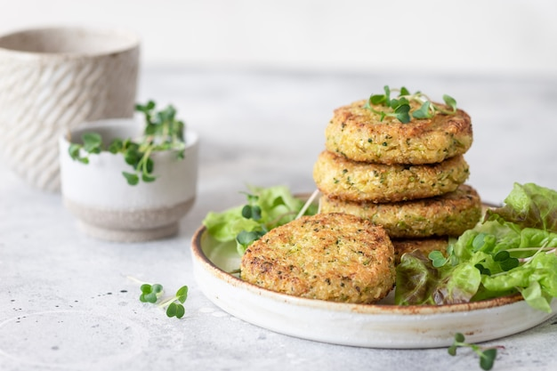 Veggie quinoa burger mit salat pflanzlichen lebensmitteln