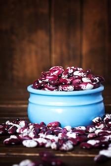 Veilchen mit punktbohnen in der keramikschale. bohnen schlucken. gemüse für eine gesunde ernährung. bio-lebensmittel. diät