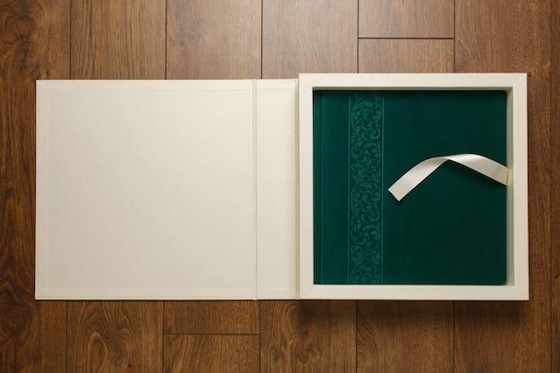 Velours-fotobuch mit dekordeckel in beiger schachtel mit schönem karton für fotoalbum
