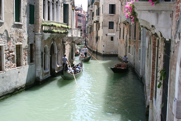 Venedig, antike gebäude entlang der kanäle