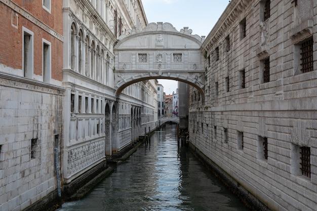Venedig, italien - 1. juli 2018: panoramablick auf die seufzerbrücke (ponte dei sospiri) ist eine brücke in venedig an der küste der stadt. landschaft des sommermorgentages und des dramatischen blauen himmels