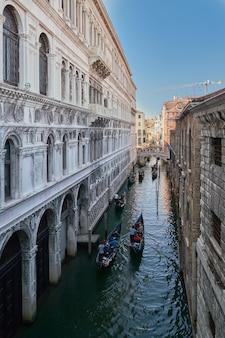Venedig, italien. blick von der seufzerbrücke. traditioneller schmaler kanal mit booten in venedig, italien