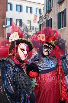 Venedig italien paar in kostümen und masken auf der straße während des karnevals