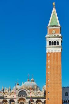 Venedig-stadt mit dem campanile auf der basilika des heiligen markus, italien. venezianische wahrzeichen