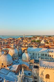 Venedig-stadt mit kuppeln der dombasilika des heiligen markus bei sonnenuntergang. panoramaansicht mit platz für text