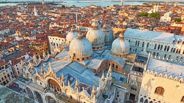 Venedig-stadt mit kuppeln der dombasilika des heiligen markus. venezianischer panoramablick