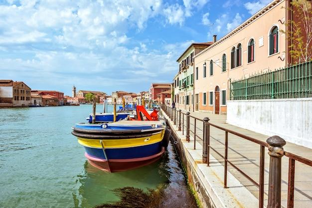 Venetianischer lagoon-kanal mit geparkten booten