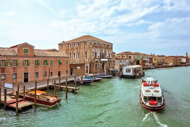 Venetianischer lagunenkanal mit geparkten booten in murano