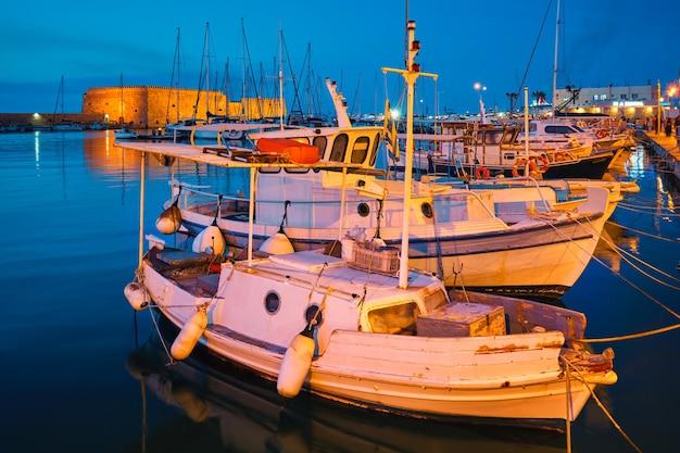 Venezianische festung in heraklion und vertäut fischerboote kreta insel griechenland