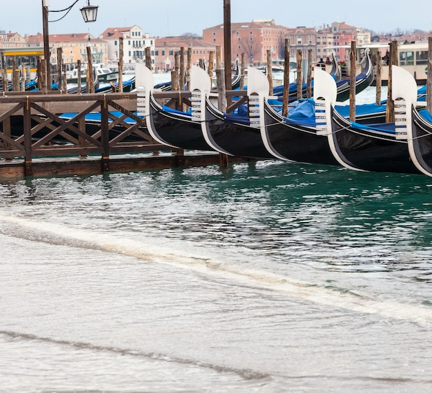 Venezianische gondeln mit flut.