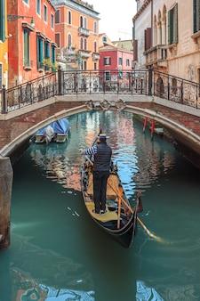 Venezianischer kanal mit gondeln und historischen häusern.