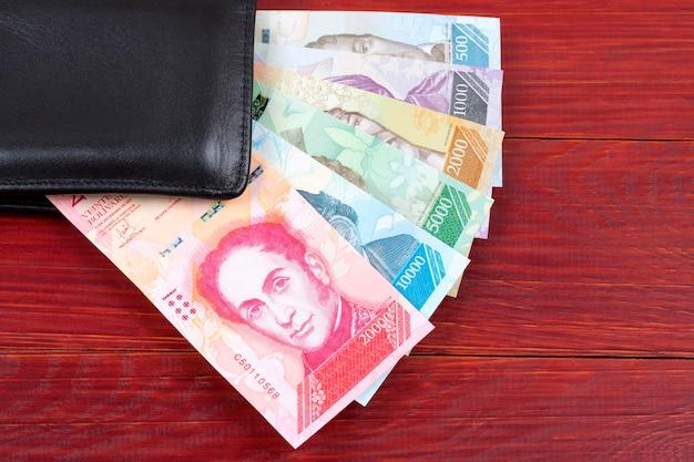 Venezolanische bolivares in der schwarzen geldbörse