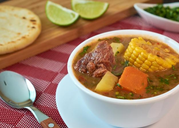 Venezolanische sancocho-suppe mit rindfleisch