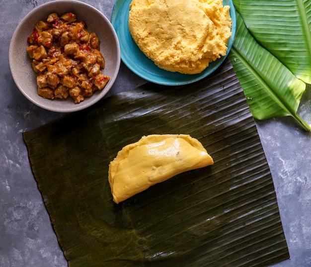 Venezolanisches weihnachtslebensmittel, hallacas oder tamales, bananenblatt
