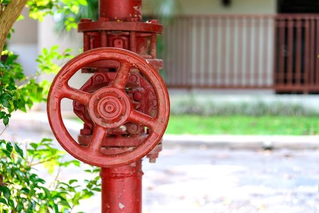Ventil aus der wasserleitung mit weichzeichnung und überlicht im hintergrund