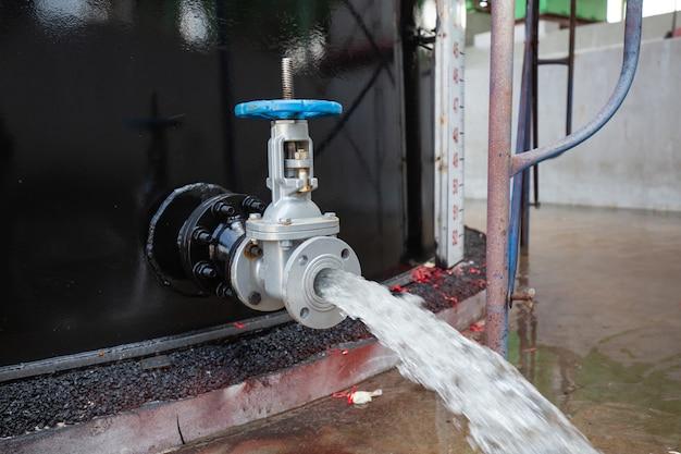 Ventil wasser des vorlaufs tanköl unter druck ablassen