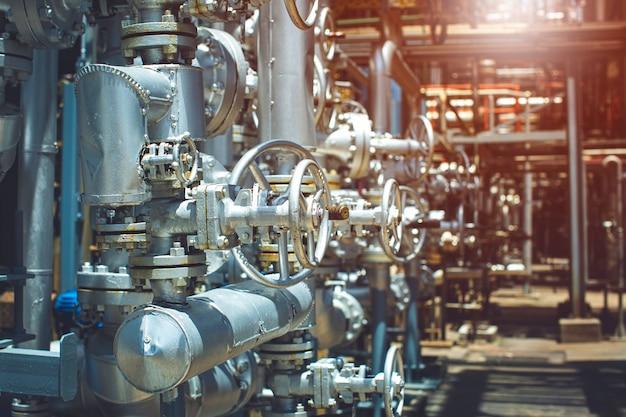 Ventilraffinerieanlagenausrüstung für pipeline-öl- und gasventile bei der auswahl von drucksicherheitsventilen in gasanlagen. Premium Fotos