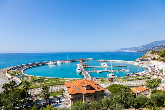 Ventimiglia, italien - ca. august 2021: cala del forte ist ein exquisiter, brandneuer, hochmoderner yachthafen in ventimiglia, italien, nur 15 minuten vom fürstentum monaco entfernt