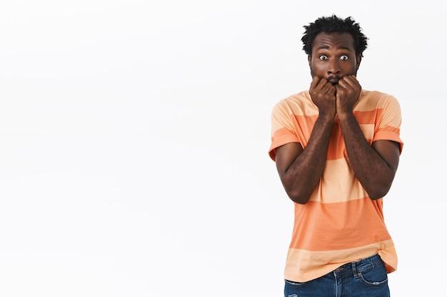 Verängstigter afroamerikanischer mann