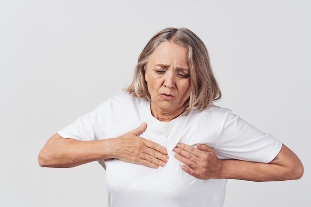 Verärgerte ältere frau gesundheitsprobleme schmerzbehandlung