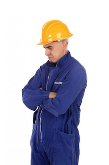 Verärgerte arbeitskraft mit gelbem sturzhelm
