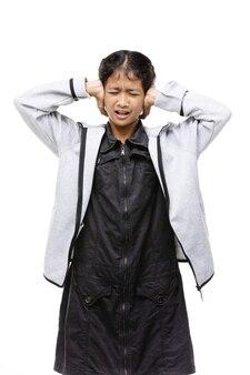 Verärgerte asiatische mädchen sind verärgert, wütend, auf weißem hintergrund.