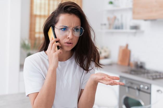 Verärgerte frau, die am telefon spricht
