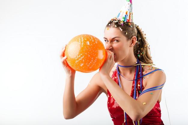 Verärgerte frau, die geburtstag mit ballon feiert