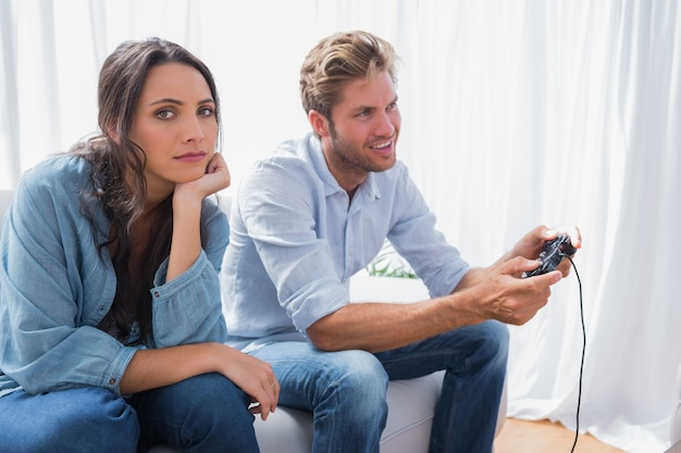Verärgerte frau genervt, dass ihr partner videospiele spielt