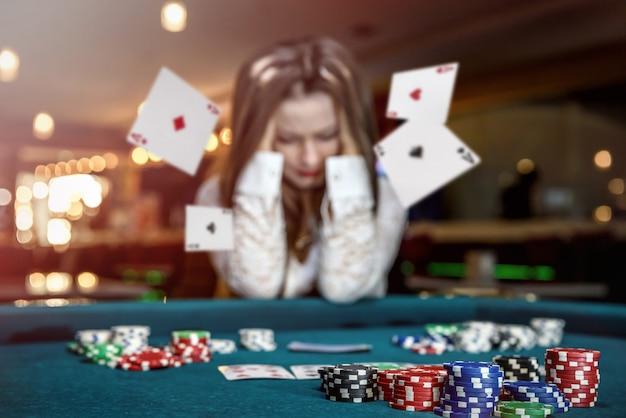 Verärgerte frau im casino mit fallenden karten