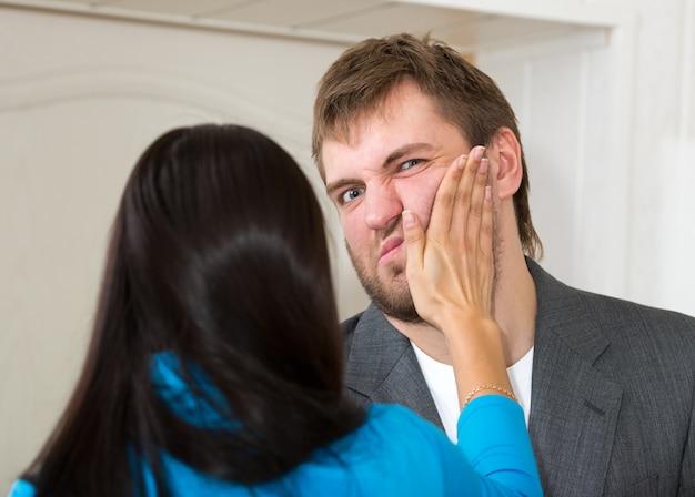 Verärgerte frau schlägt ihren partner