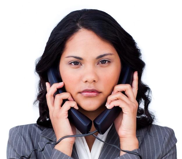 Verärgerte geschäftsfrau verheddert sich in telefonleitungen
