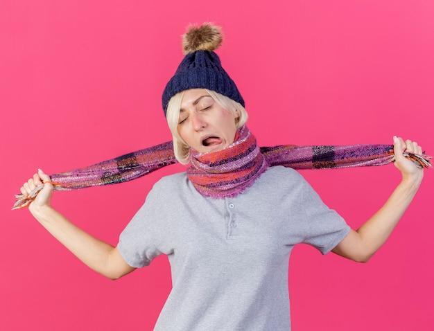 Verärgerte junge blonde kranke slawische frau, die wintermütze trägt
