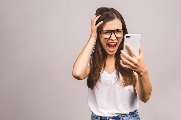 Verärgerte wütende junge frau verrückt nach spam-nachricht stecken telefon auf smartphone